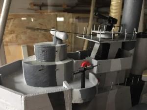 Oppilaat ovat tehneet huolellisesti myös yksityiskohtia. Kuvassa mm. 40 mm Bofors ja 20 mm Madsen.