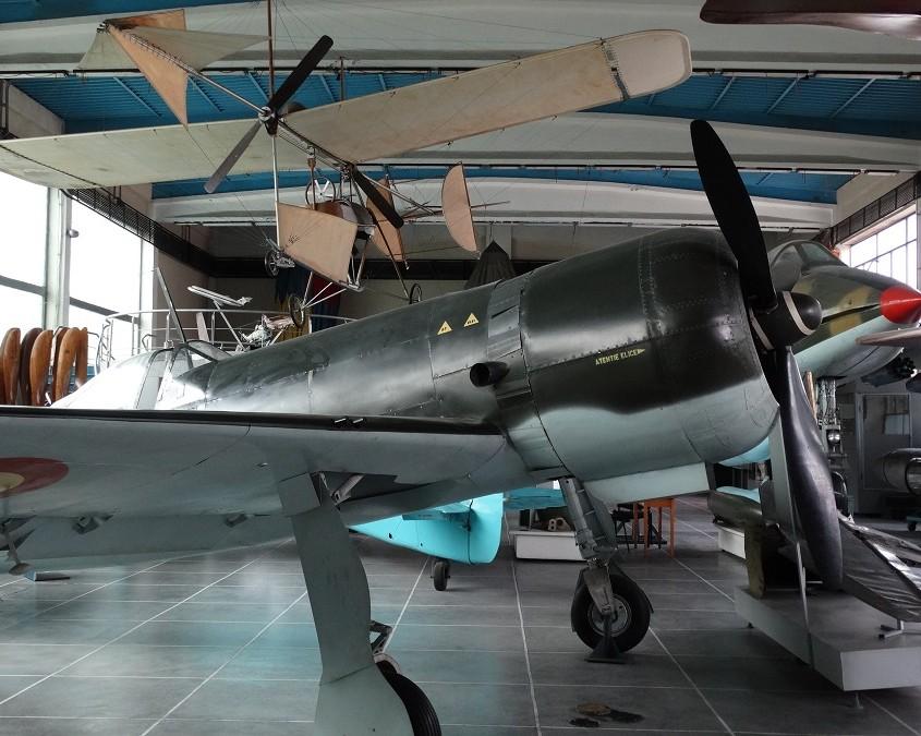 """Lentämisen kehitystä, """"kangaspuista"""" I.A.R -80 -hävittäjän takana näkyvään suihkuhävittäjään."""