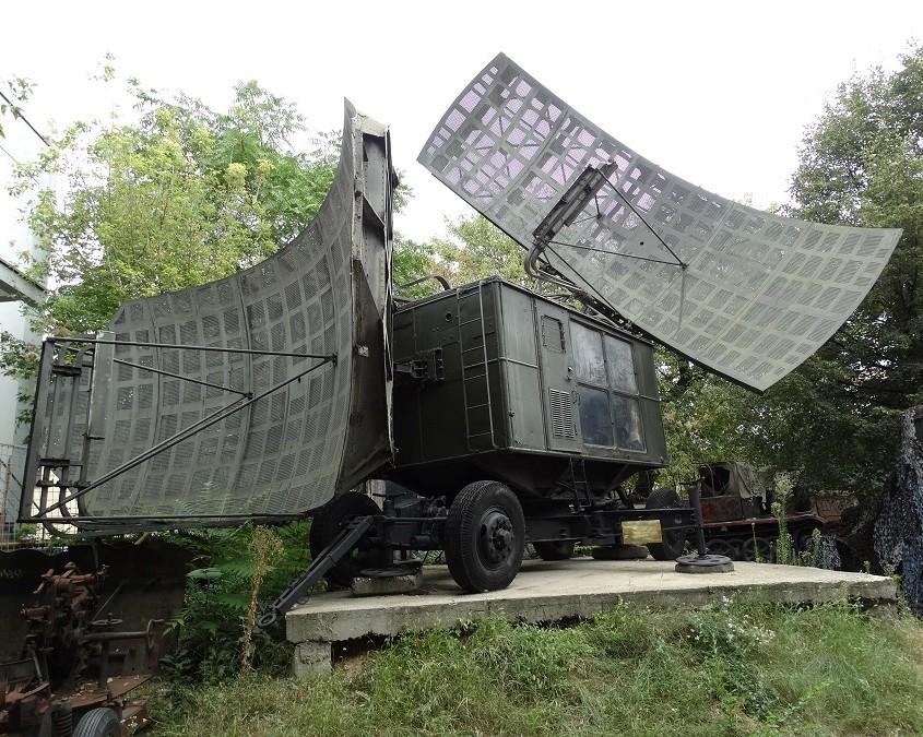 """Ilmavalvontatutka """"PERISKOP"""", ilmeisesti neuvostoliittolaista valmisteta. Käytössä Romaniassa vuosina 1952 - 1972."""