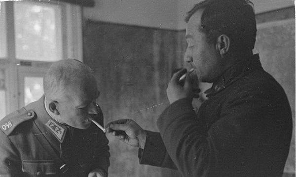 Kenraalimajuri Oesch ja Kirpitsnikov keskustelevat.