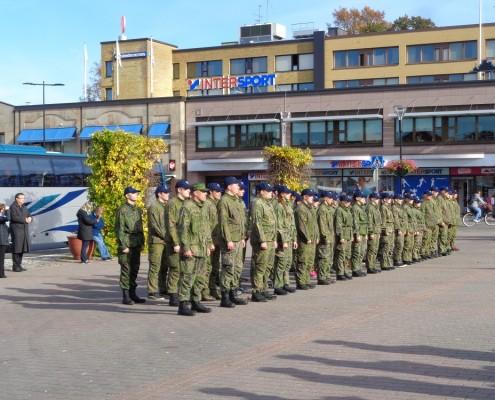 Lukiolaisten turvakurssilaiset paraatikatselmuksessa, kuva Erkki Naumanen.