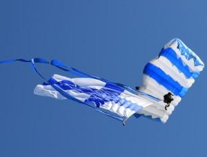 Suomen lippu hypyssä. Kuva Terho Ahonen.