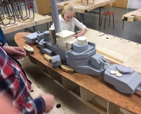 Panssarilaivan rakentamiseen osallistuivat suurella innolla sekä tytöt että pojat. Kuvista huomaa, että rakentaminen oli palapelin osien yhteenliittämistä, varsinkin alkuvaiheessa. Oppilasryhmät rakensivat osia erikseen ja ne liitettiin sitten yhteen.